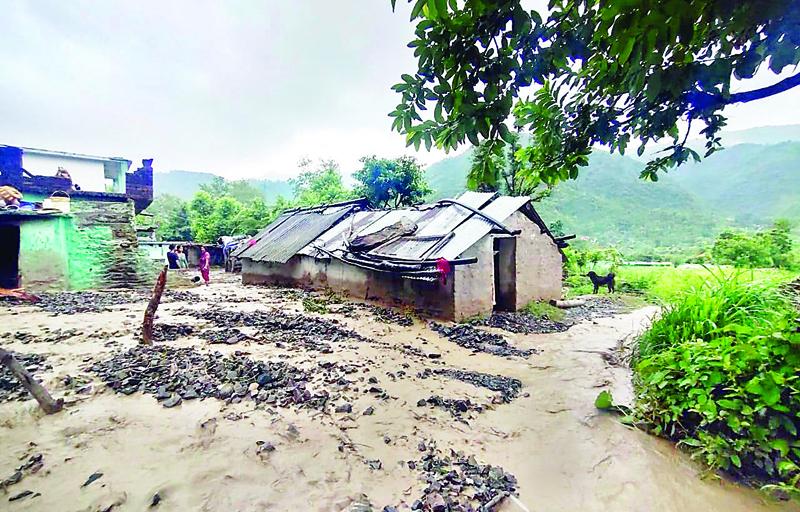 हिमाचल प्रदेश में बाढ़ का कहर, बहे कई मकान, हवाईअड्डे बंद