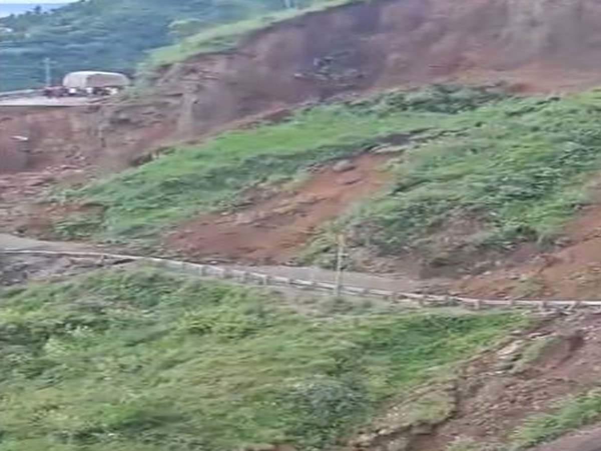हिमाचल में खौफनाक घटना, टूटा पहाड़, जान बचाकर भागे लोग