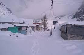 कश्मीर में बर्फबारी से बदला मौसम, मैदानी इलाकों में ठंड शुरू